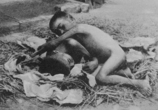 Фотографии детей, которых воспитали животные